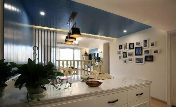 客厅展示图   餐厅的蓝色L型的背景与白墙搭配,夏天一进门就让人